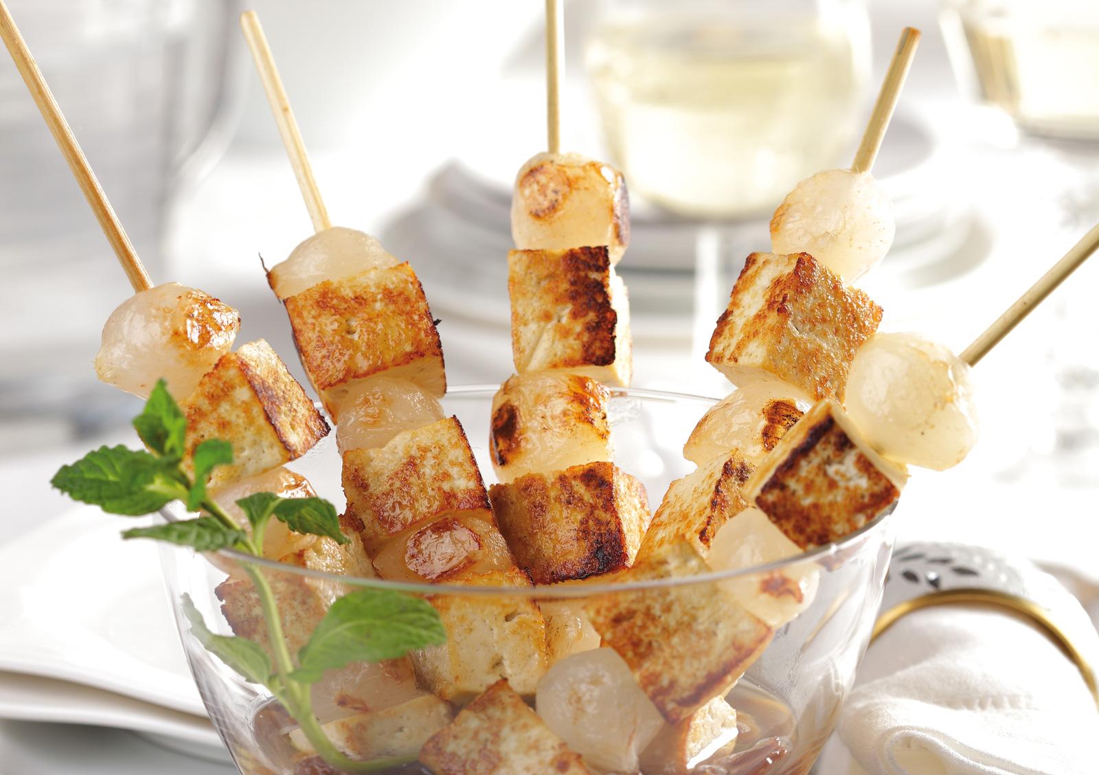 Der Tofu word vor dem Grillen mariniert.