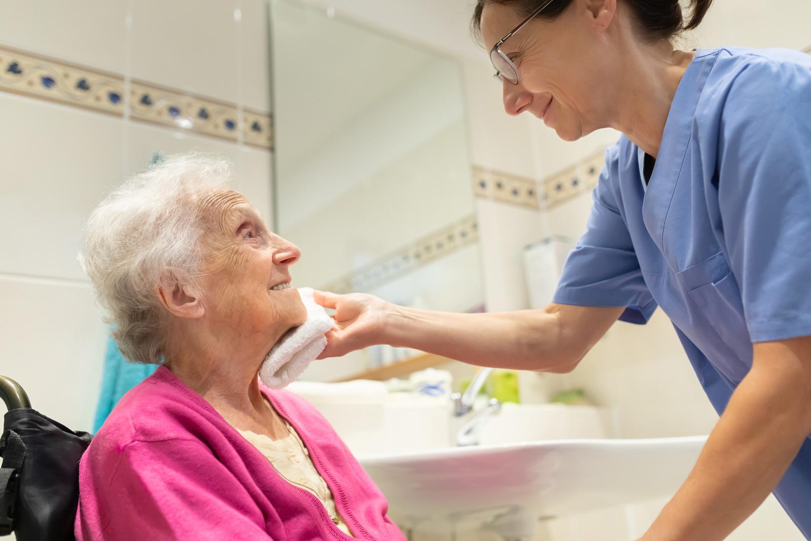 Ausgebildete Pflegekäfte oder Heimhilfen unterstützen die häusliche Pflege.