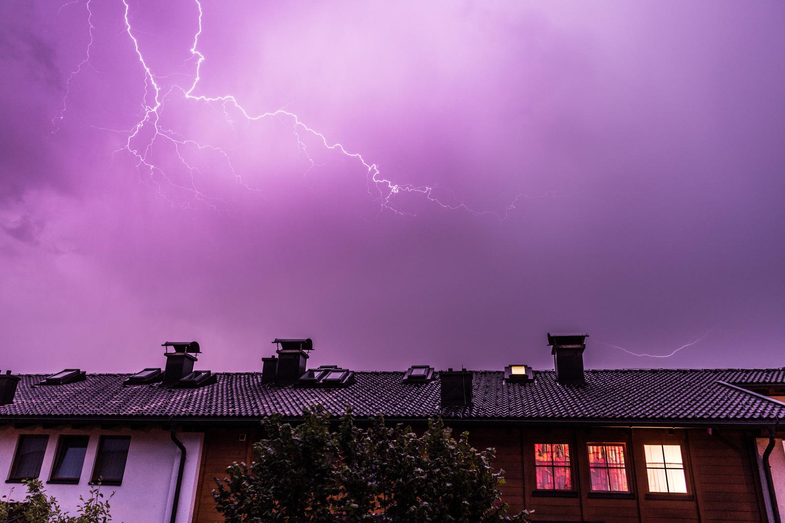 Warnung via App und SMS: Mit dem Unwetterwarnservice von Wüstenrot werden Kunden frühzeitig über Gewitter, Starkregen und Co. informiert.