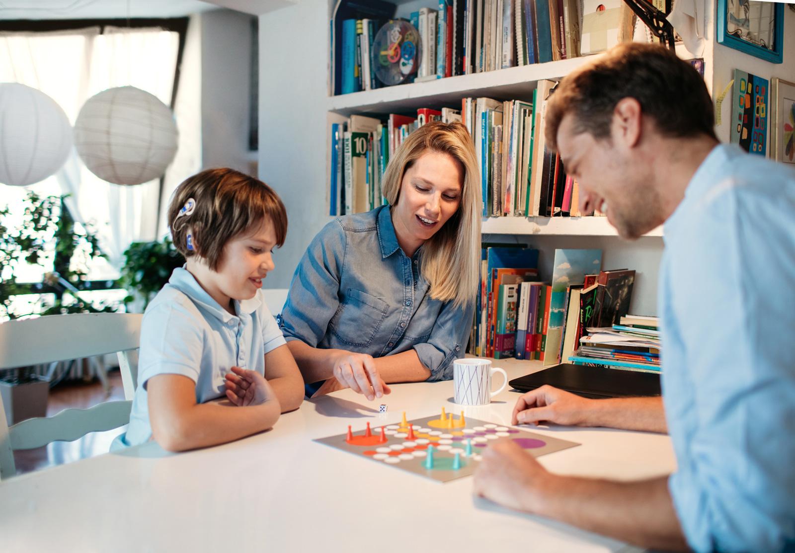 Auch mal verlieren zu können, will gelernt sein. Mit Mensch-ärgere-dich-nicht üben Kinder den Umgang mit Frust spielerisch.