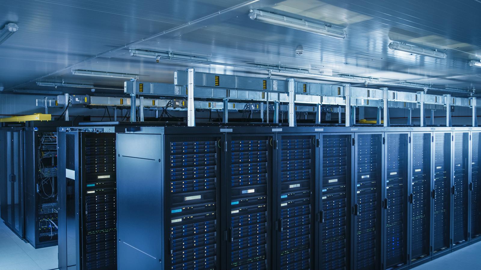 """Ohne Hardware geht es nicht: Die """"Cloud"""" befindet sich in großen Rechenzentren."""