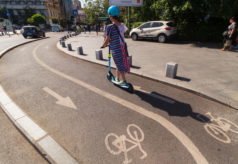 Nummer sicher: Mit Helm und auf dem Radweg fährt man am besten.