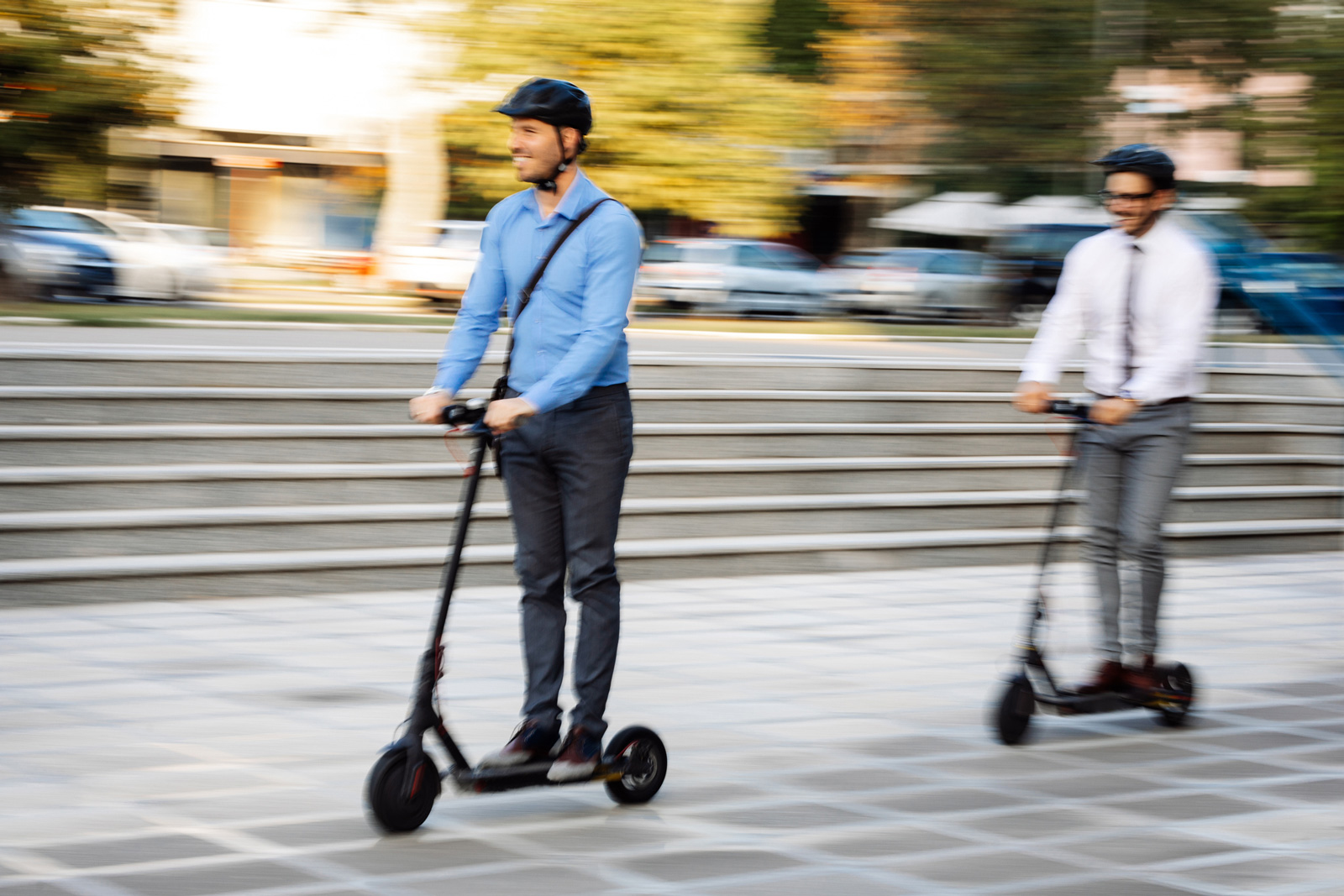 Gut gesichert durch die Stadt: Wer mit dem E-Scooter zur Arbeit düst, sollte auf einen Helm nicht verzichten.