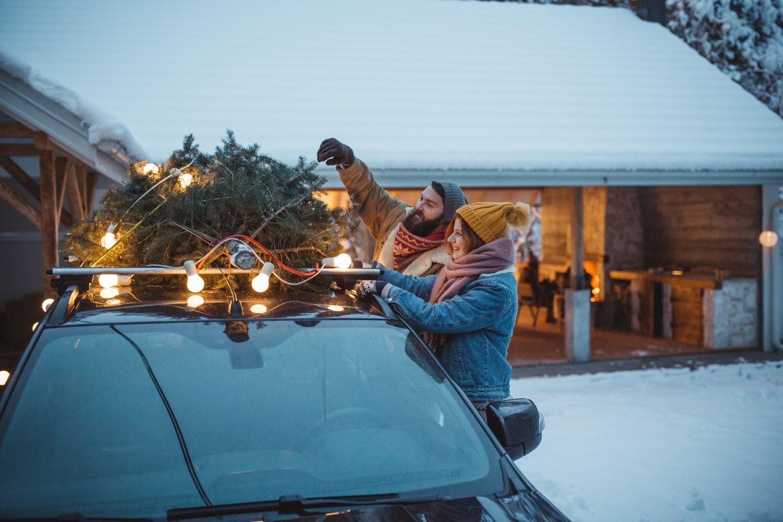 Sicherheit geht vor: Wenn du den Weihnachtsbaum auf dem Autodach transportieren musst, ist eine gute Sicherung Vorschrift. Idealerweise ist der Tannenbaum in einem Netz verpackt.