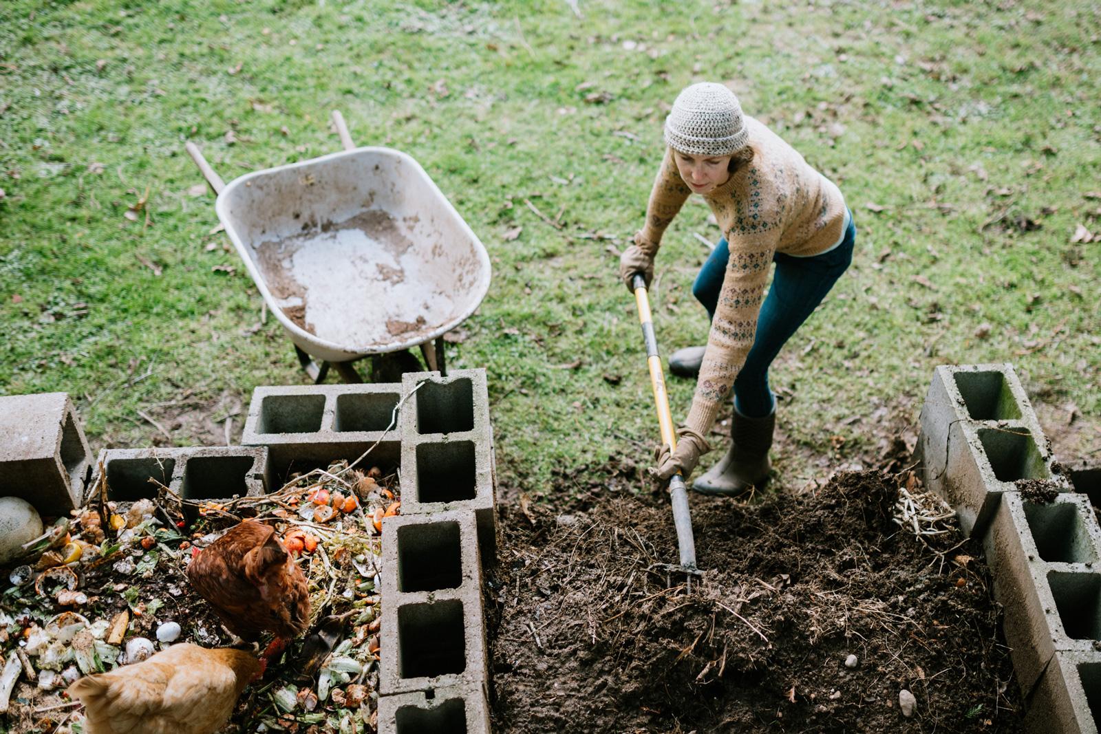 Nach sieben bis neun Monaten kann die Komposterde ausgesiebt und auf Beete aufgebracht werden.