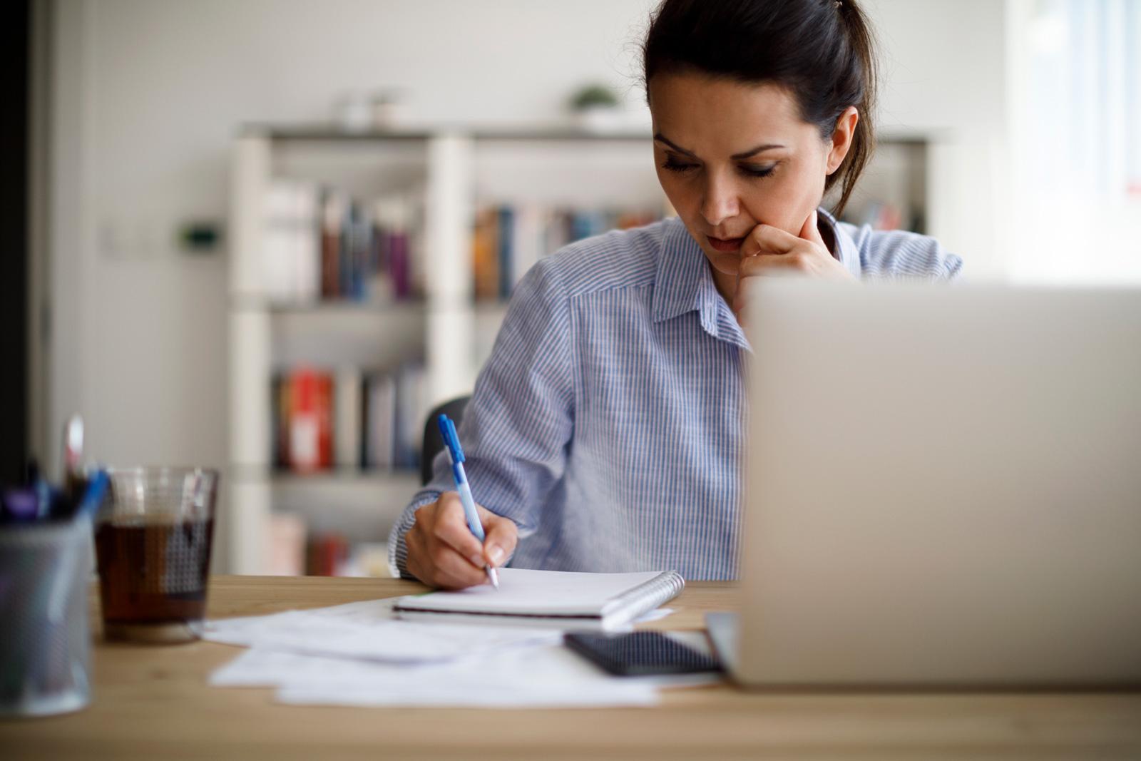 Durch das Führen eines Haushaltsbuchs verschaffst du dir einen Überblick über Einnahmen und Ausgaben.