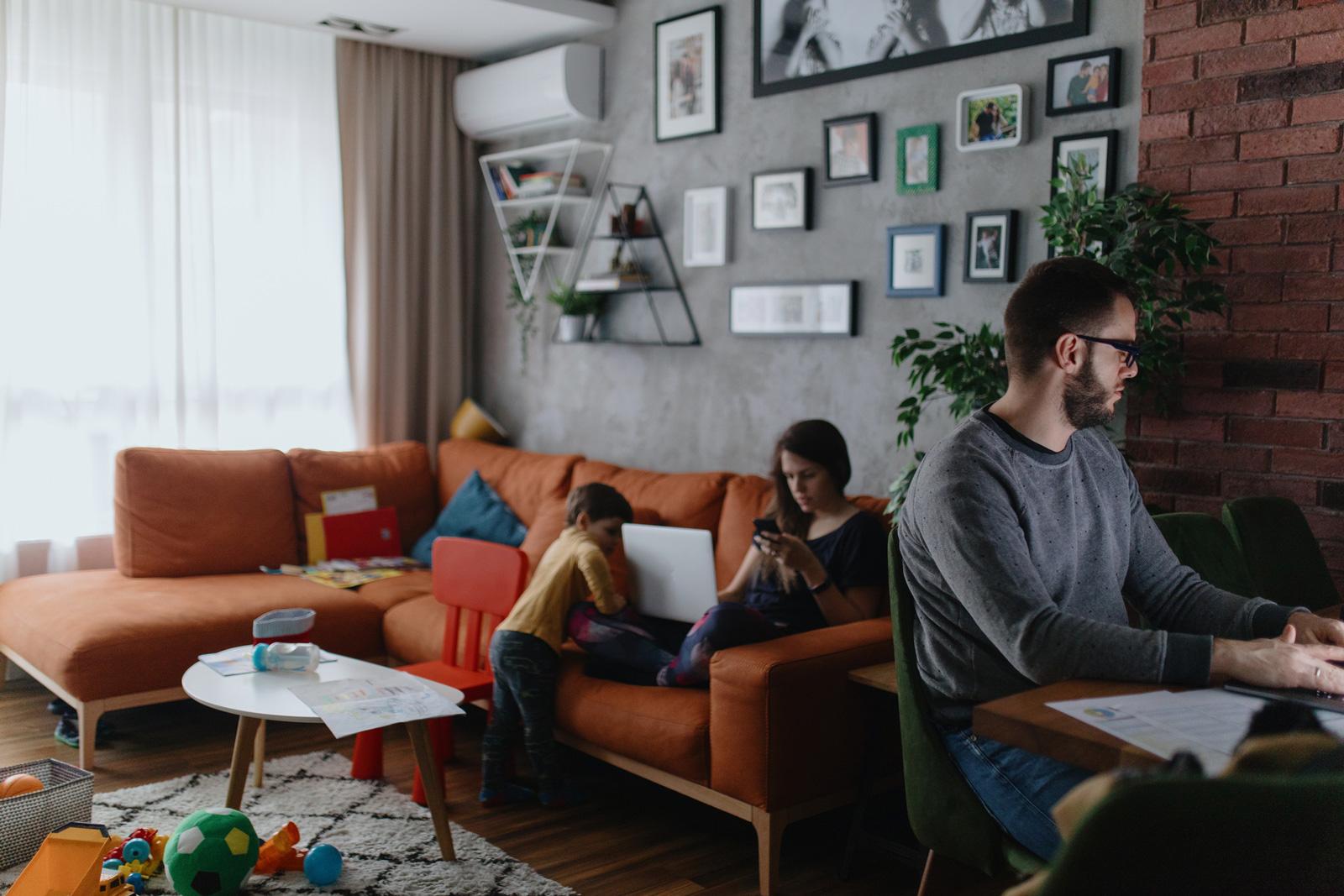 Konzentration auf die Arbeit kann im Home Office schwer fallen.