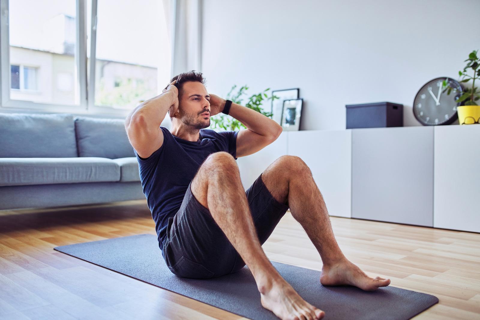 Bauchmuskel-Training: Hier ein ausgeführter Sit-up, eine ähnliche Übung zu Crunches.