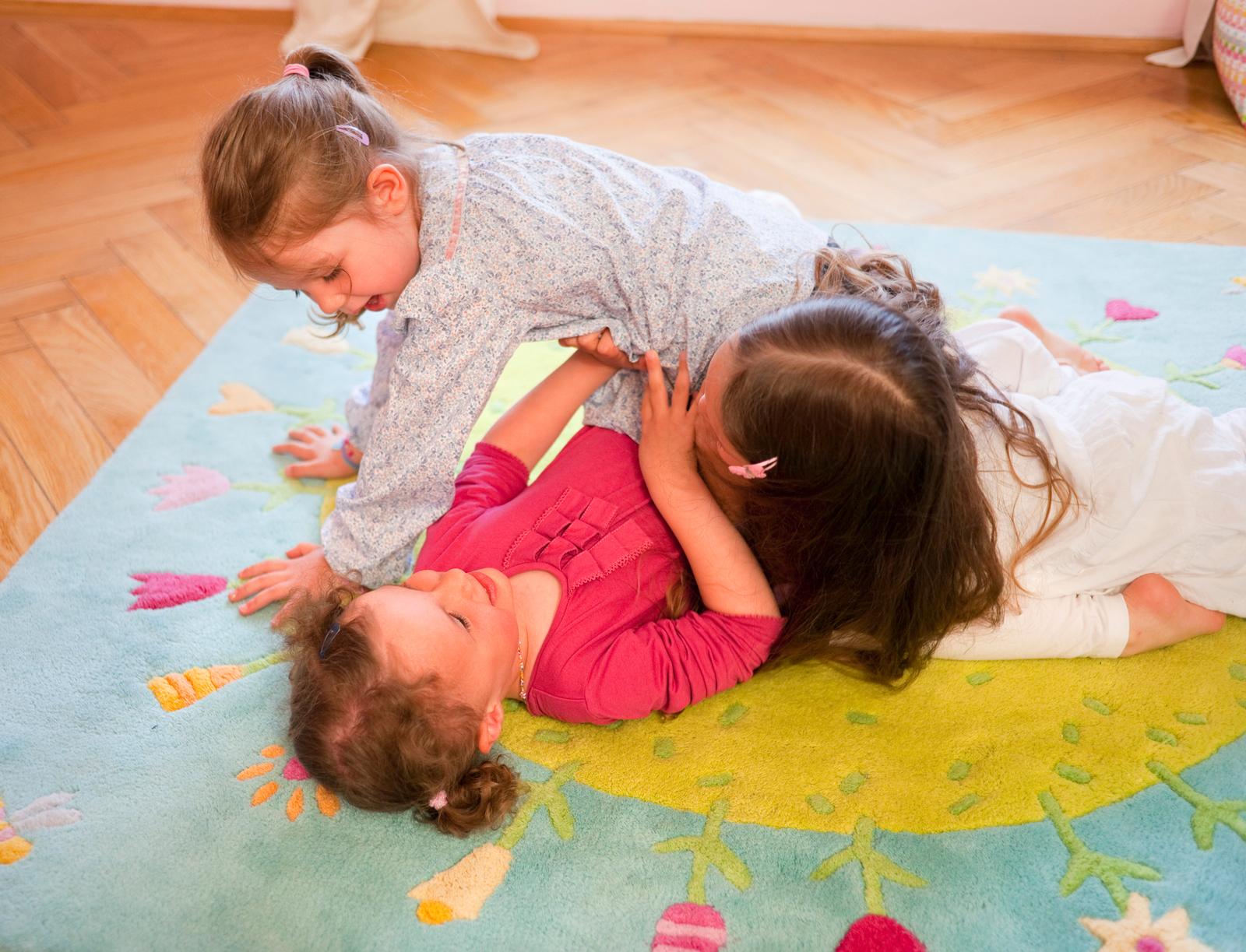 Kinder verbringen viel Zeit am Boden. Ein passender Teppich sorgt deshalb für mehr Gemütlichkeit.