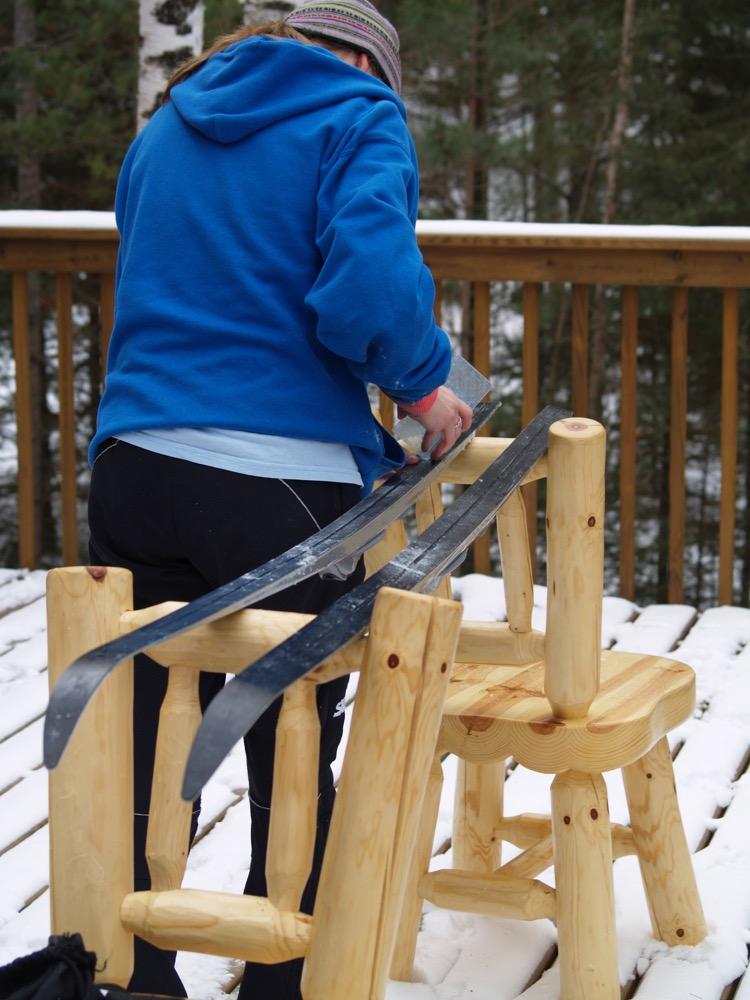 Reinigen, Trocknen und großzügig mit Wachs überziehen: So überstehen die Skier gut die Lagerung bis zur nächsten Saison.