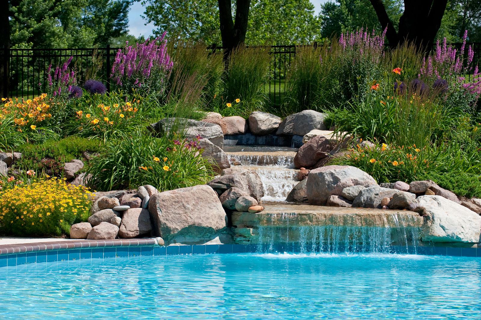 Individuell: Swimmingpools aus Beton lassen sich nach den eigenen Vorlieben und Gegebenheiten gestalten.
