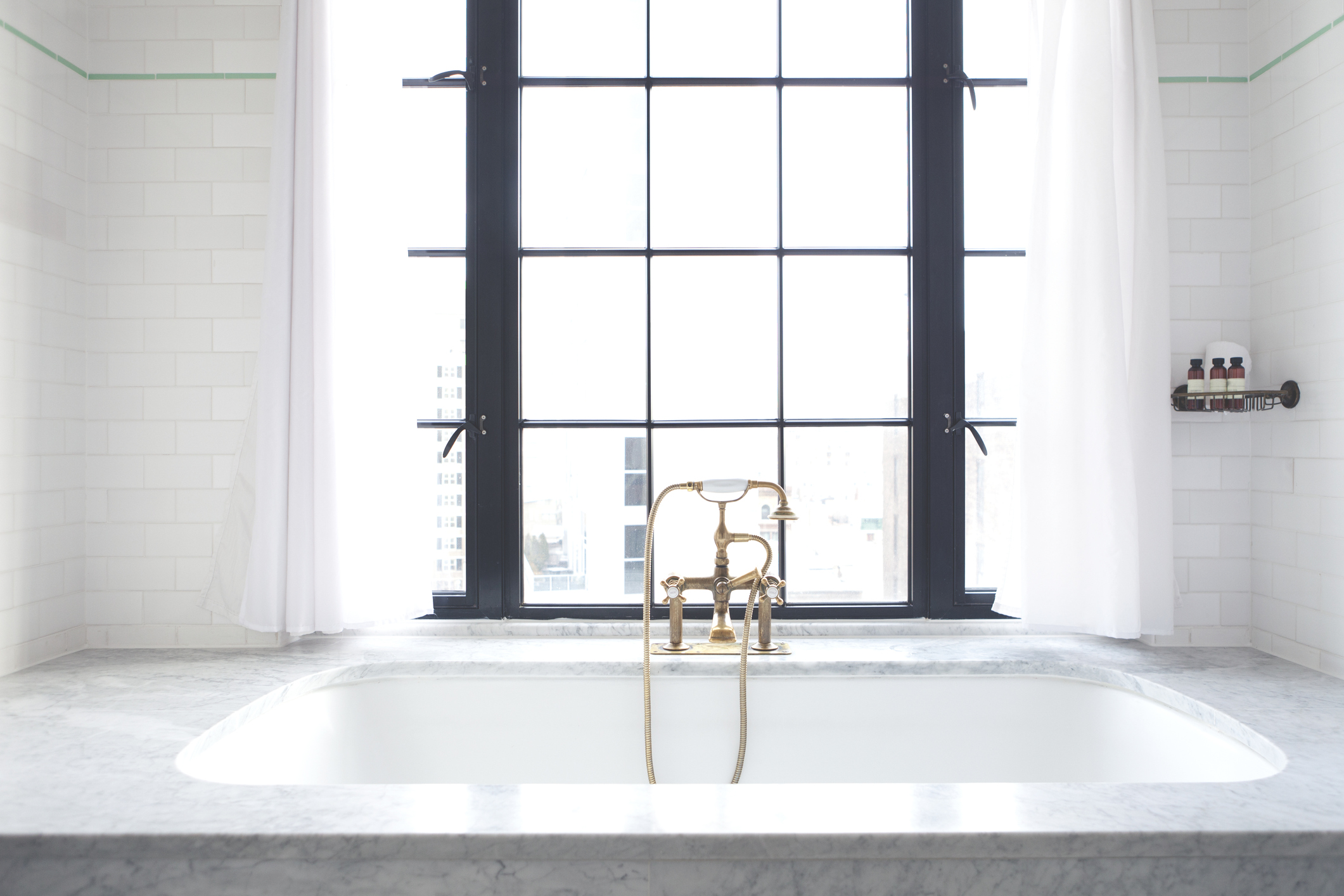 Klassisch-schön: Marmor im Badezimmer. Naturstein ist nicht nur ein optischer Hingucker, sondern auch langlebig.