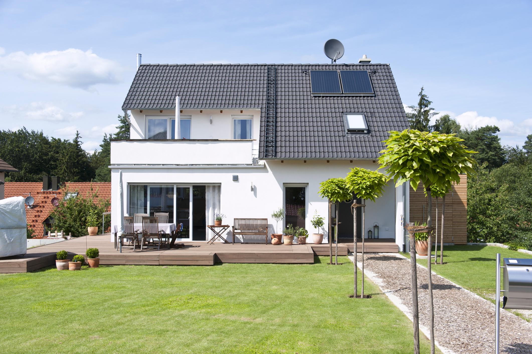 Endlich im Eigenheim: Nach der Hausübergabe hast du eine gesetzliche Gewährleistungsfrist von drei Jahren, um Baumängel zu beanstanden.