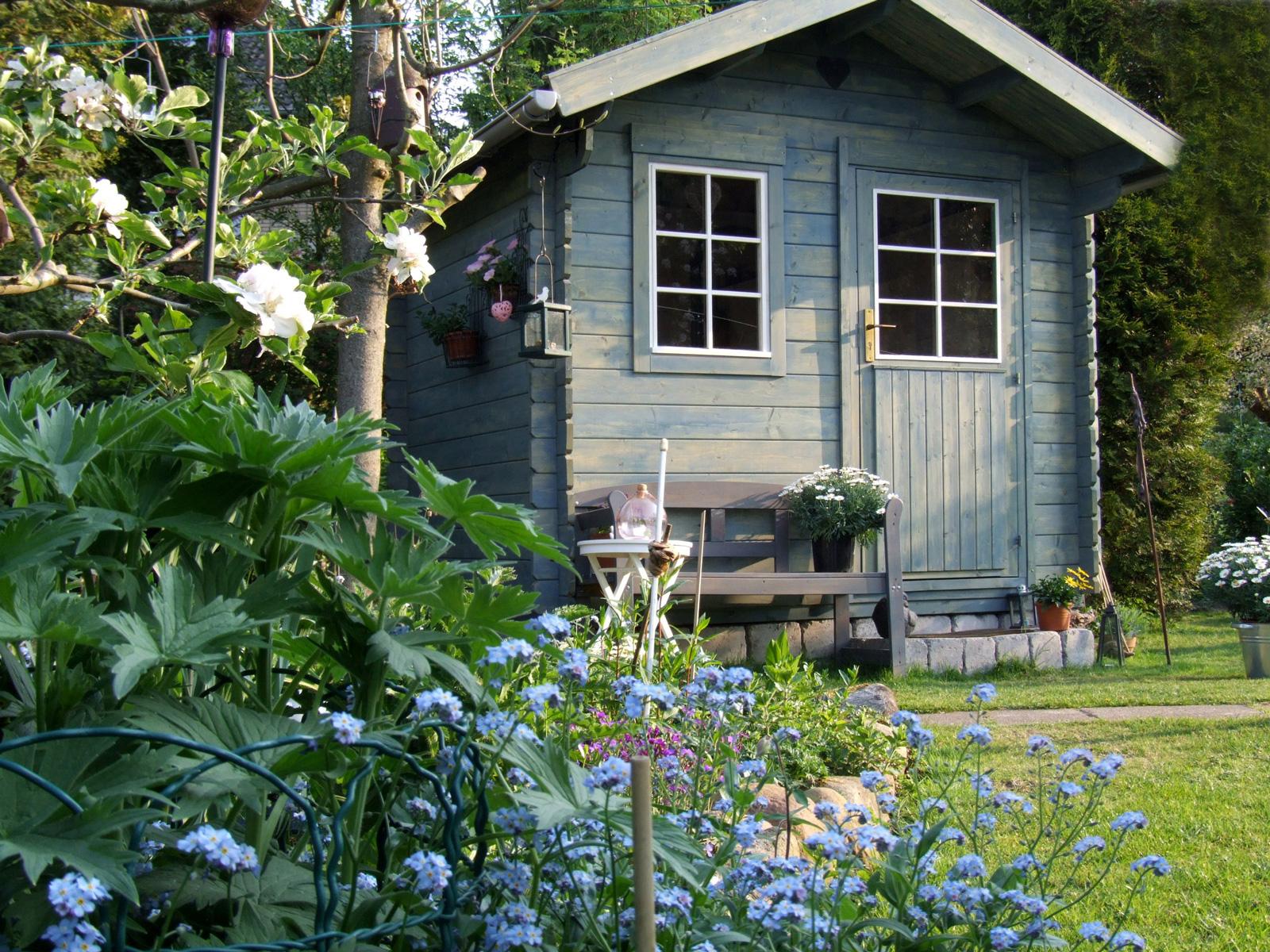 Ruhepol: Auf dem Bänkchen vor der Gartenhütte kommt Urlaubsstimmung auf.