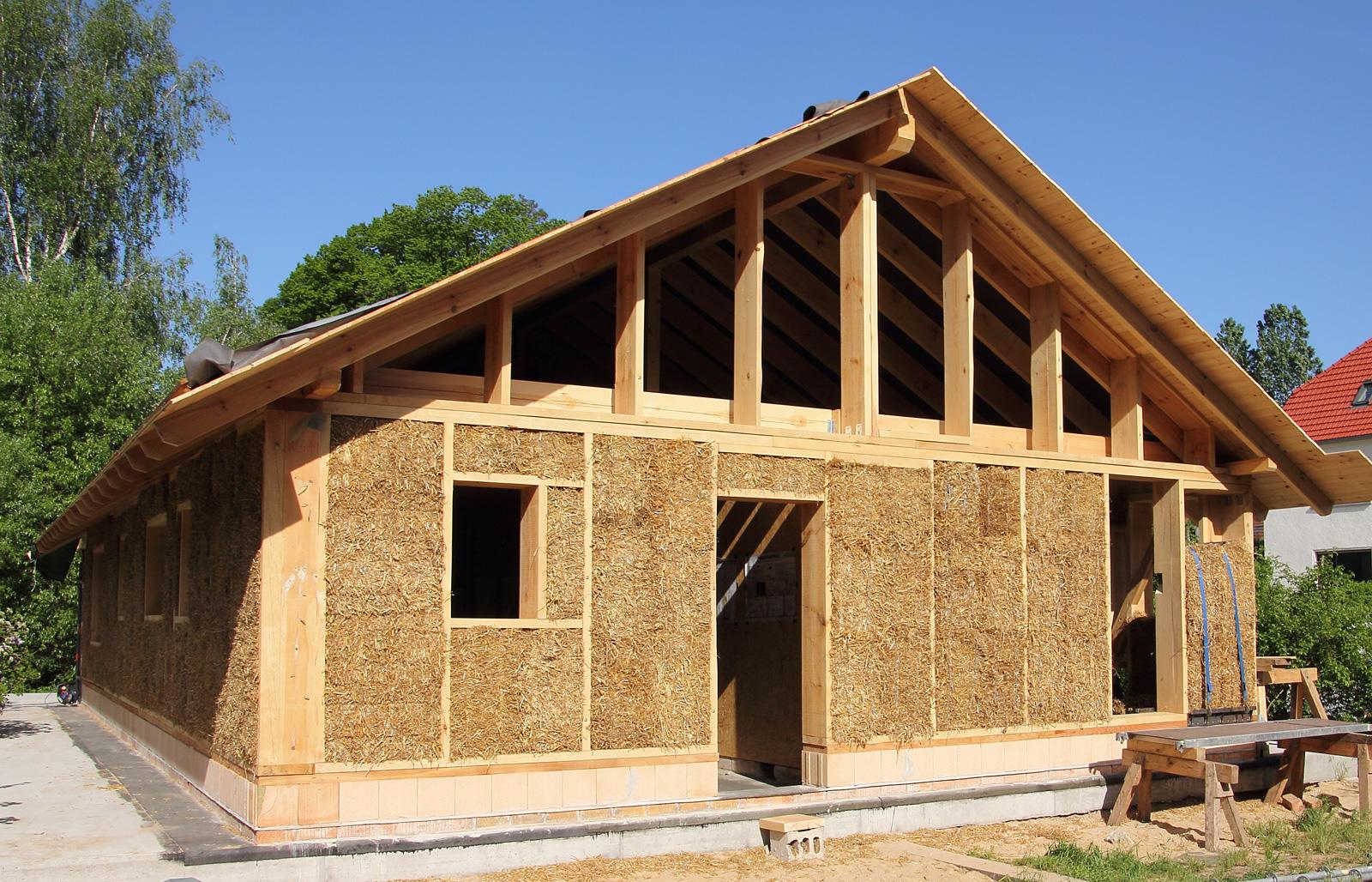 Zurück zu alten Baustoffen: Stroh ist bekannt für seine sehr gute Dämmwirkung.