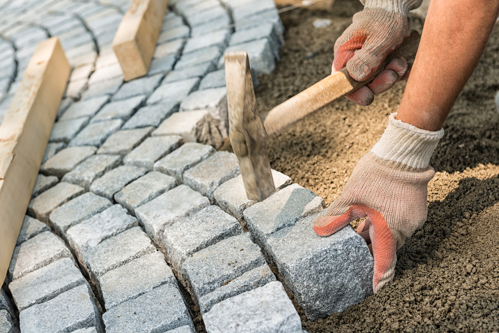 Auch Granit zählt zu den Natursteinen. Du kannst ihn in beliebigen Formen verlegen.