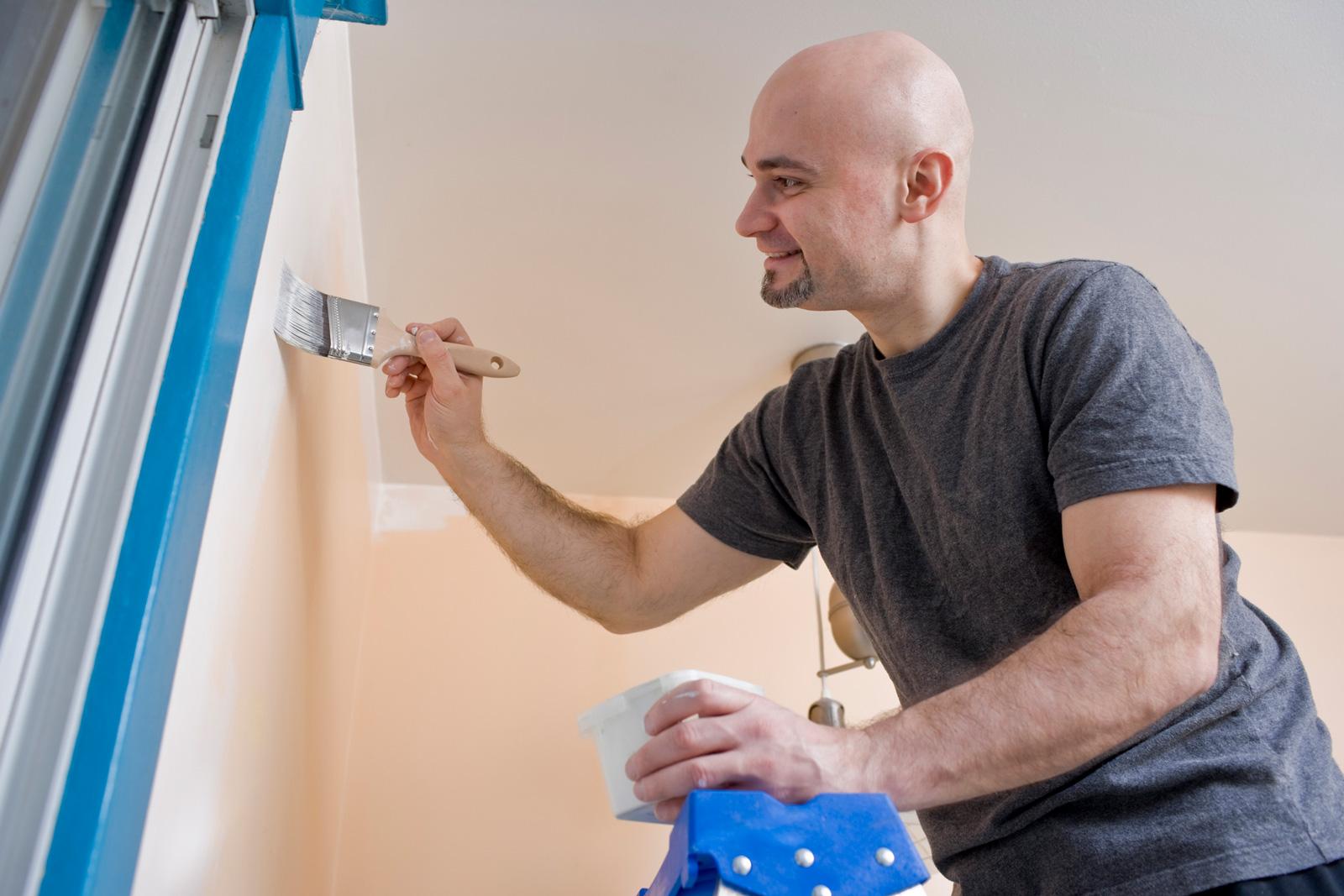Pinsel für die Feinarbeit: Gerade in Ecken und an Rändern empfiehlt es sich zum Pinsel statt zur Rolle zu greifen.