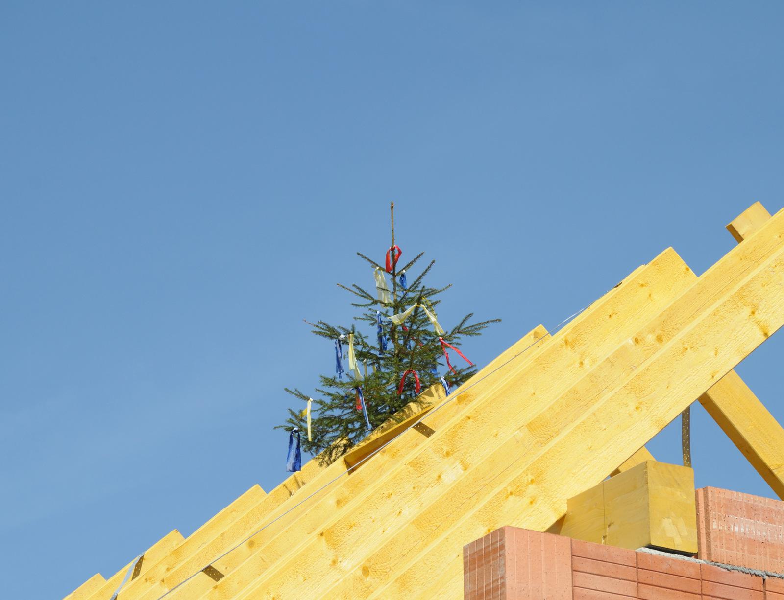 Bewegender Meilenstein: Mit der Dachgleiche wird das Entstehen eines neuen Zuhauses gefeiert.