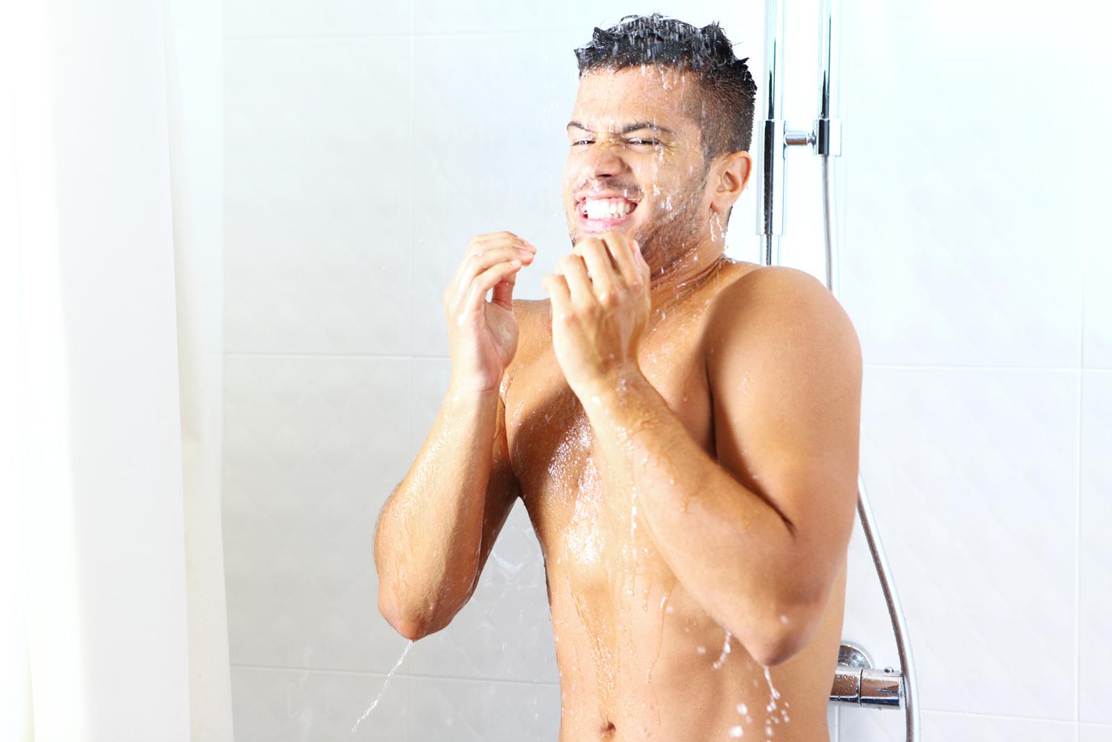 Erfrischend gesund: Zwischen warmem und kaltem Wasser zu wechseln, bringt deinen Kreislauf in Schwung.