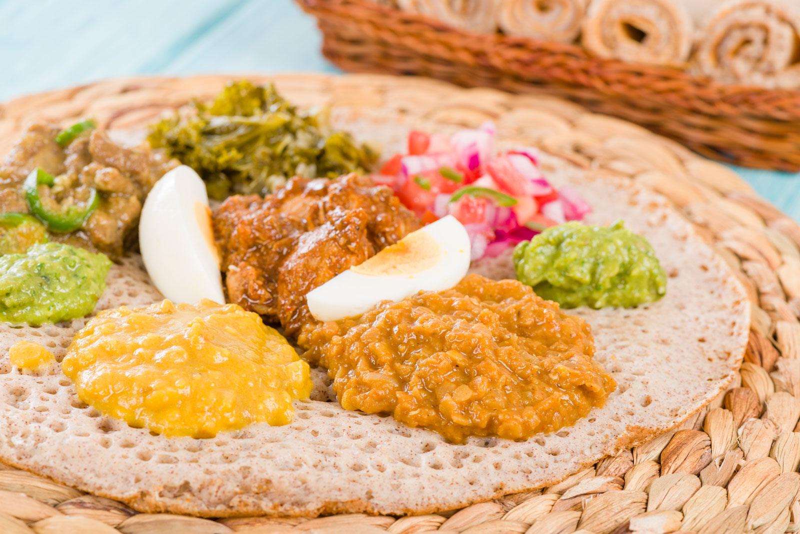 Orientalisch: Fladenbrot mit Dips, Fleisch und Gemüse
