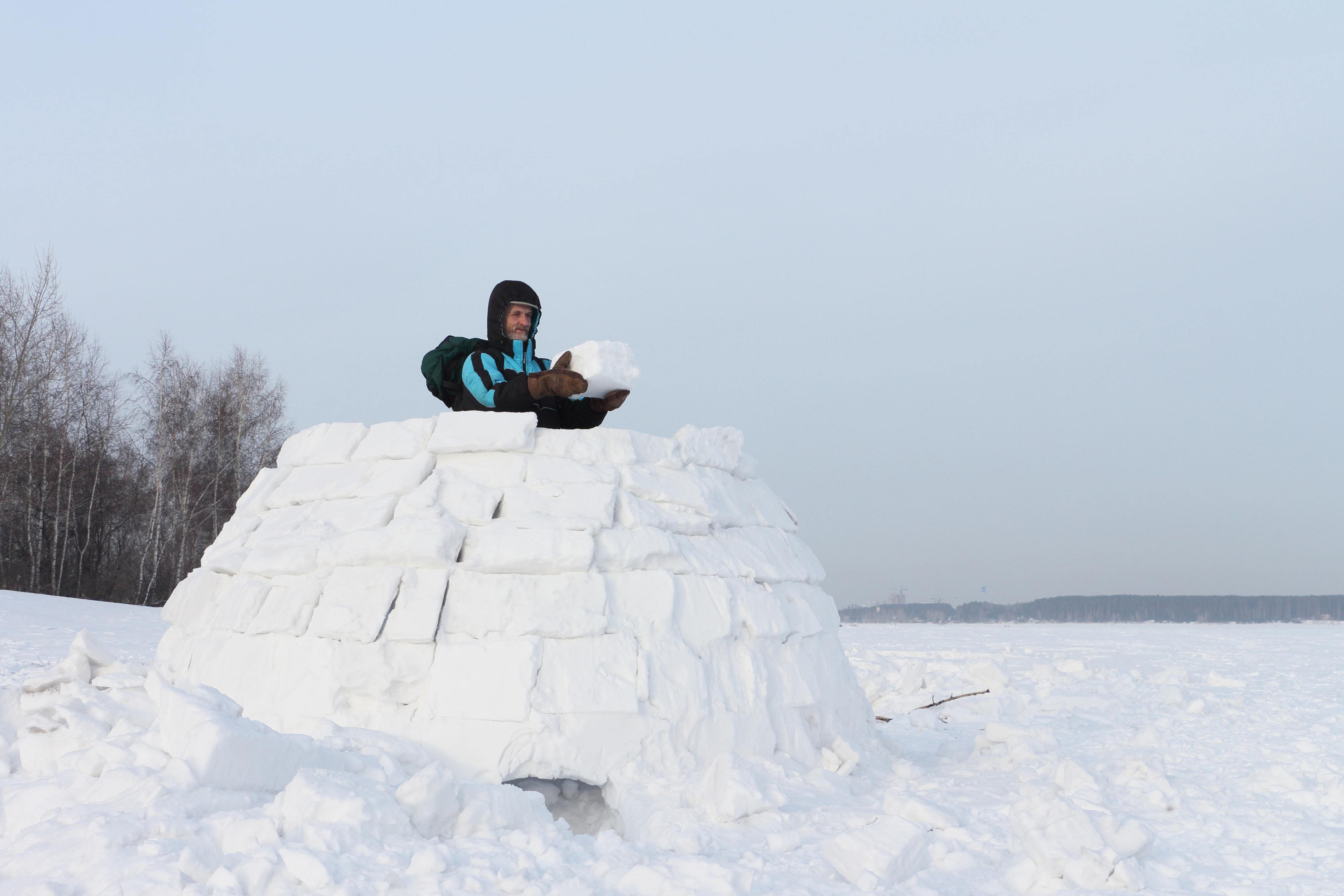 Im Zentrum steht eine Person und setzt von dort die einzelnen Schneeblöcke.