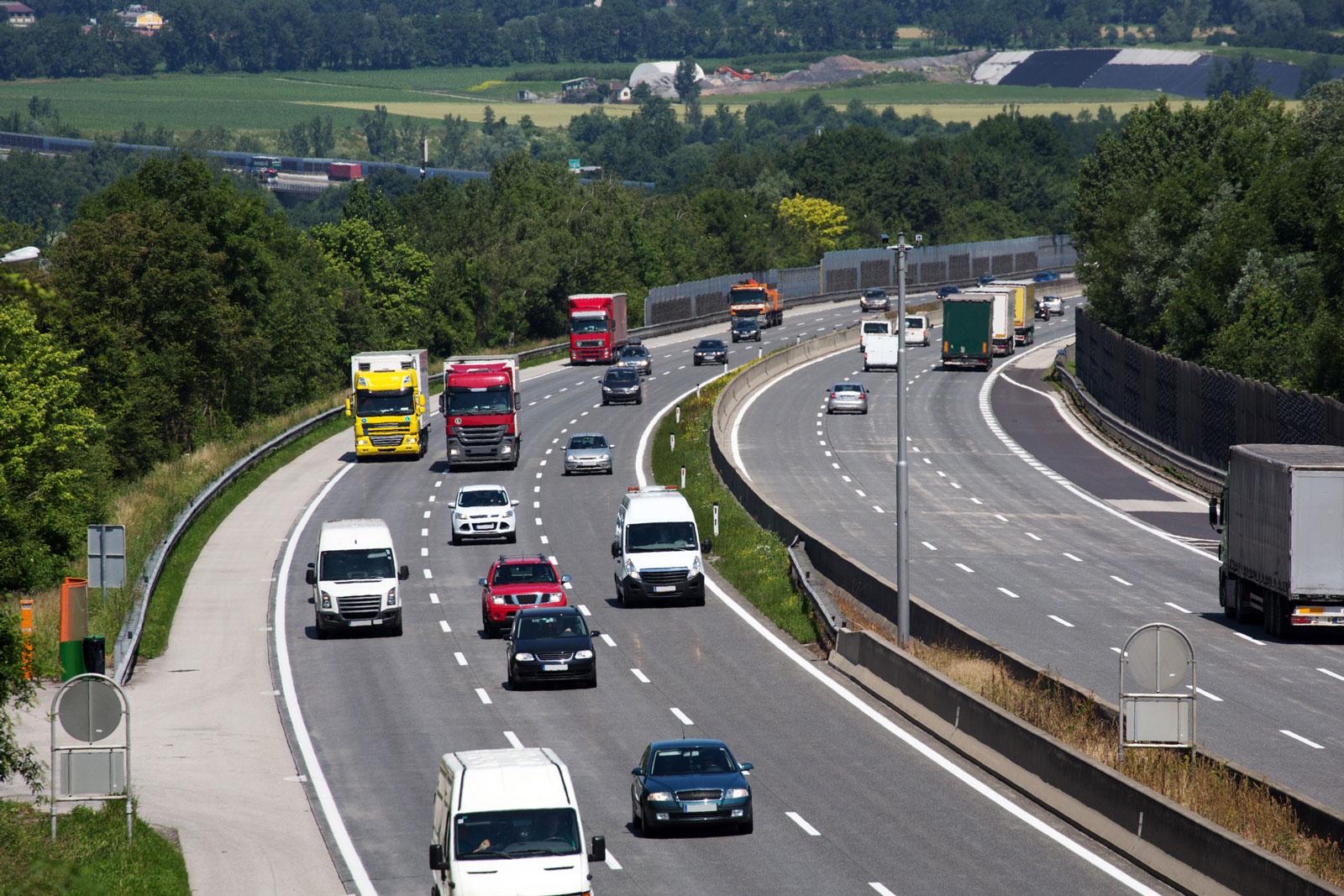 Neu: Ab sofort muss das Lenkrad bei aktiviertem Fahrassistenzsystem auf Autobahnen nicht mehr mit mindestens einer Fahrerhand festgehalten werden.