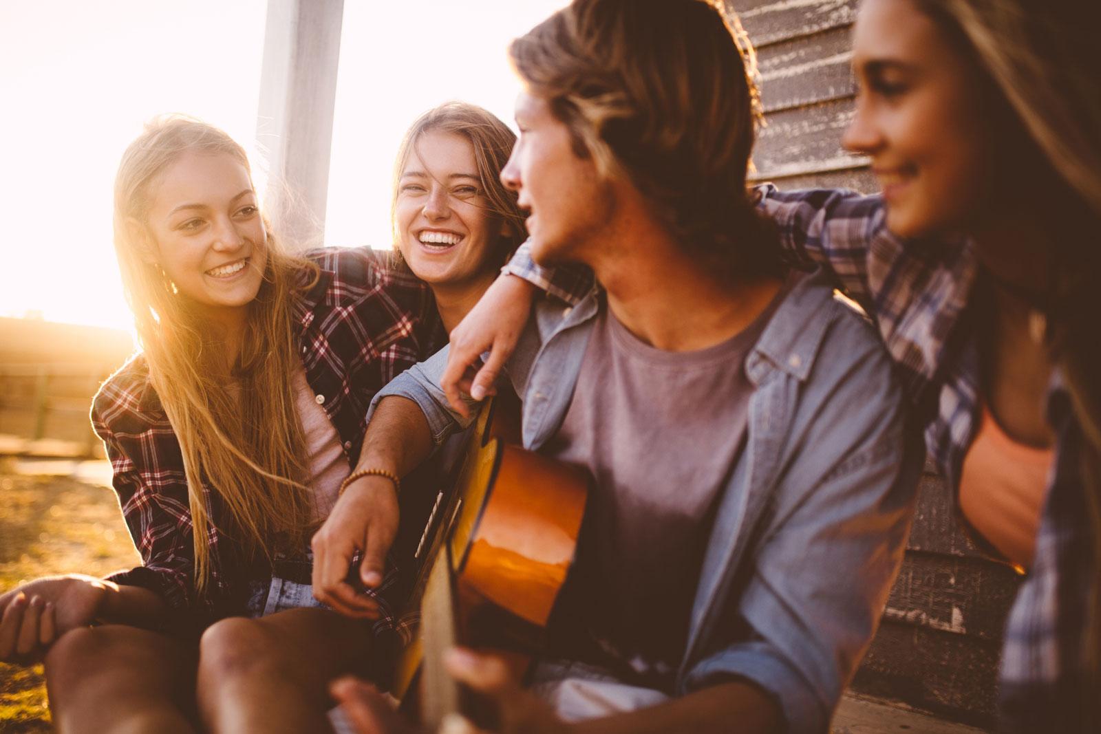 Singen und Musizieren macht glücklich, lindert den Stress und steigert allgemein das Wohlbefinden. Das können Studien belegen.