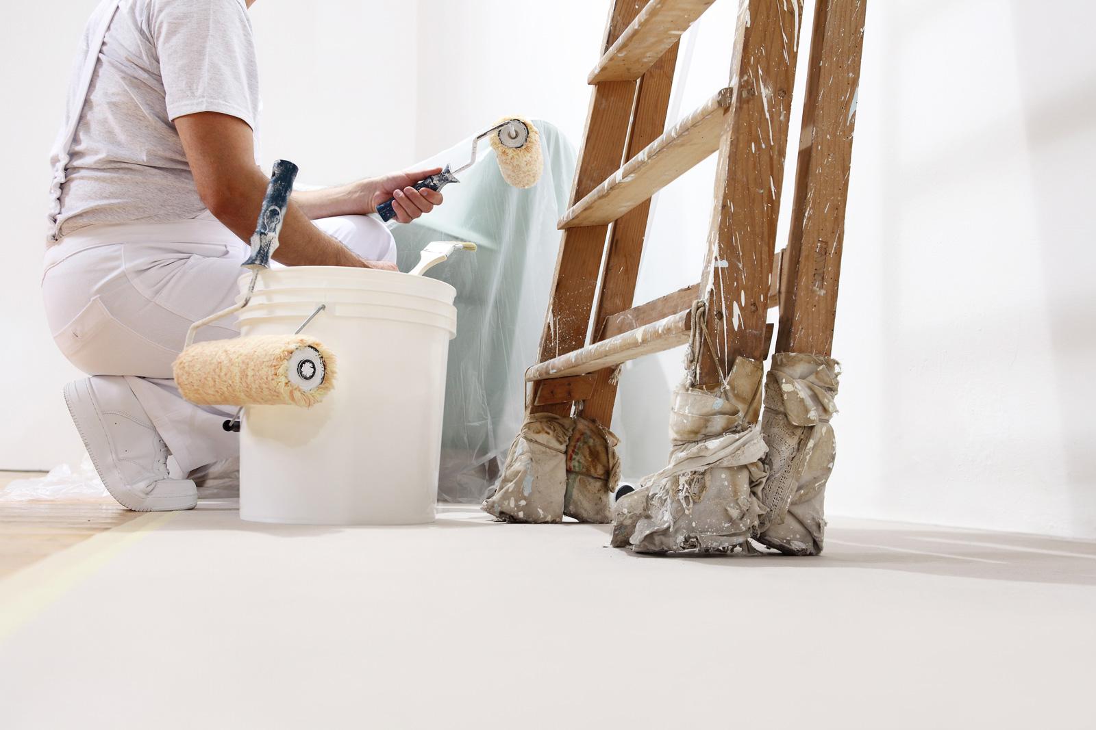 Abhängig vom Untergrund: Welche Pinsel und Rollen sich am besten für dein Streichprojekt eignen, entscheidet die Beschaffenheit deiner Wand.