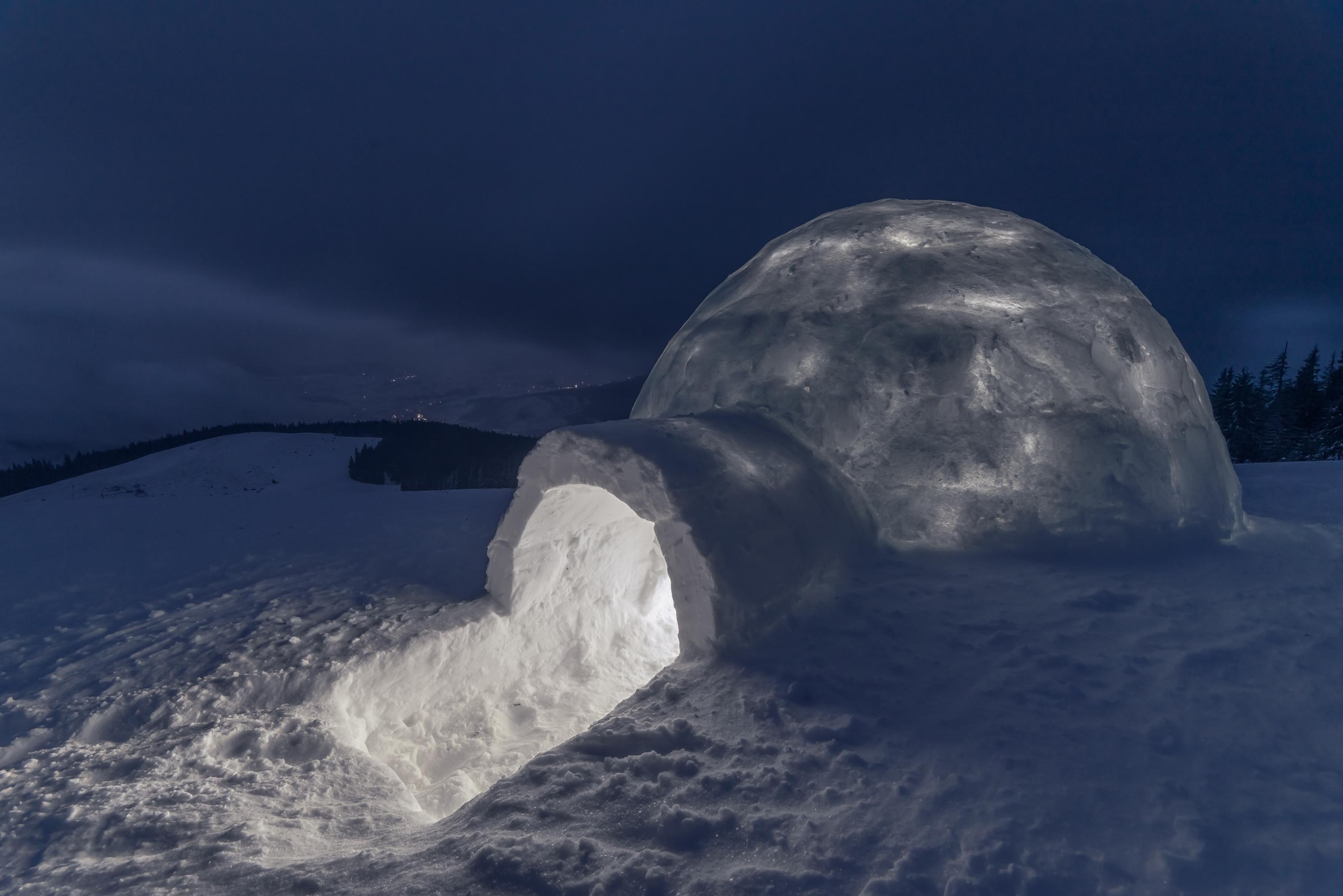 Eine Übernachtung in der eigenen Schnee-Hütte ist ein Highlight für Groß und Klein.