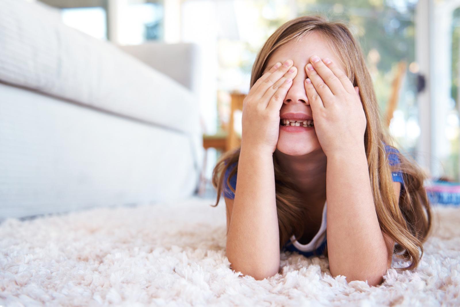"""""""Ein, zwei, drei, vier Eckstein, alles muss versteckt sein"""": Verstecken spielen klappt auch zuhause gut."""