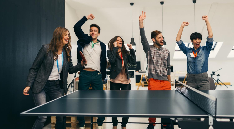 Team-Spirit: Viele Unternehmen fördern ihre Kultur durch bunte Büros, Tischtennis, Yoga-Kurse oder regelmäßige gemeinsame Essen.