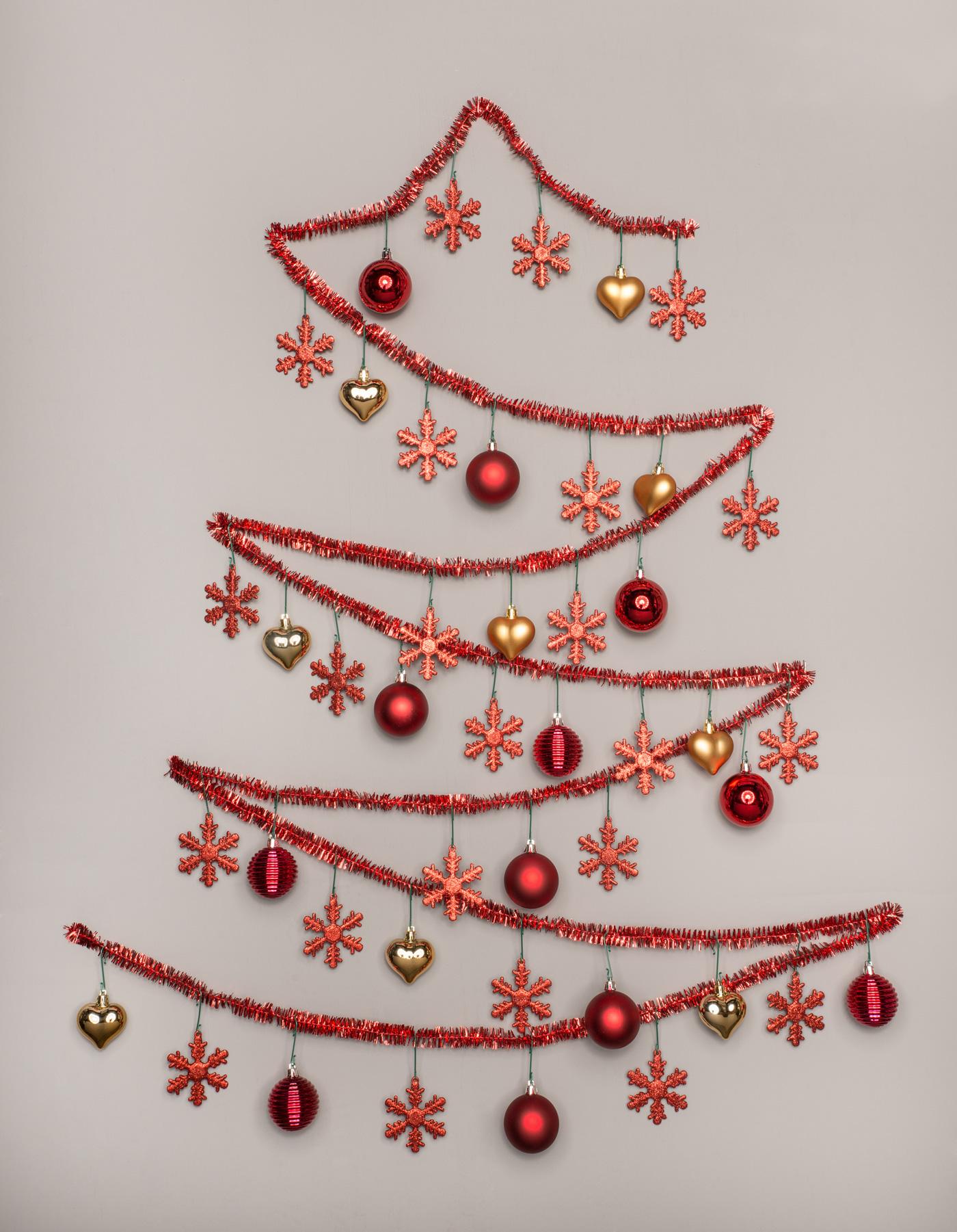 Wie gemalt: ein Christbaum aus Weihnachtsschmuck