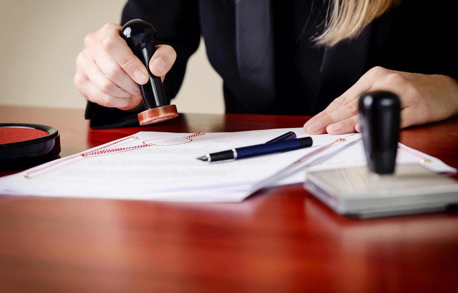 Der Kaufvertrag muss beglaubigt werden, zum Beispiel von einem Notar.