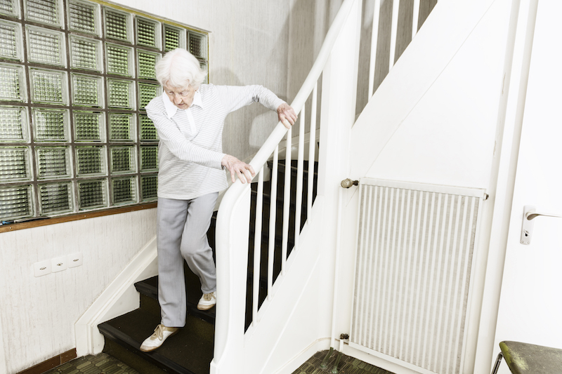 Treppen können im Alter ein großes Hindernis werden. Wohnungen in einem höheren Stockwerk benötigen dann einen Lift.