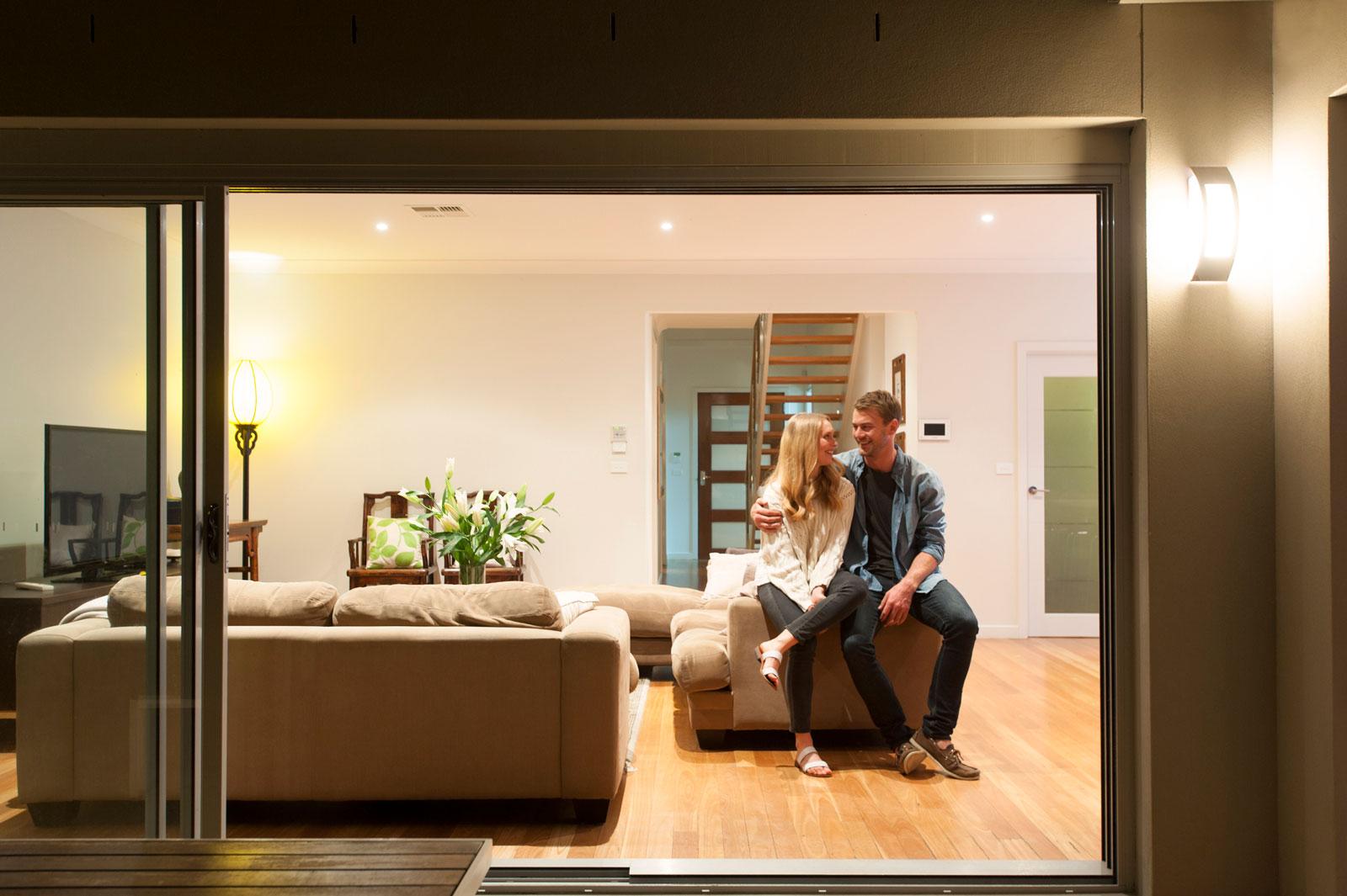 Entspannt im Eigenheim: Mit der richtigen Finanzierung kannst du dein Haus auch Jahre später noch genießen.