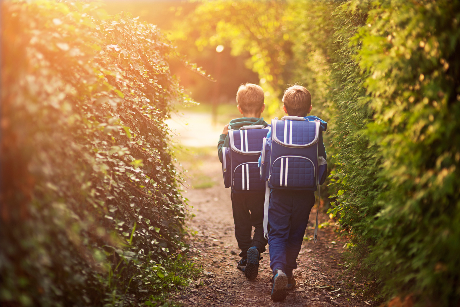 Schultaschen für Grundschüler sollten ergonomisch, leicht und sicher sein.
