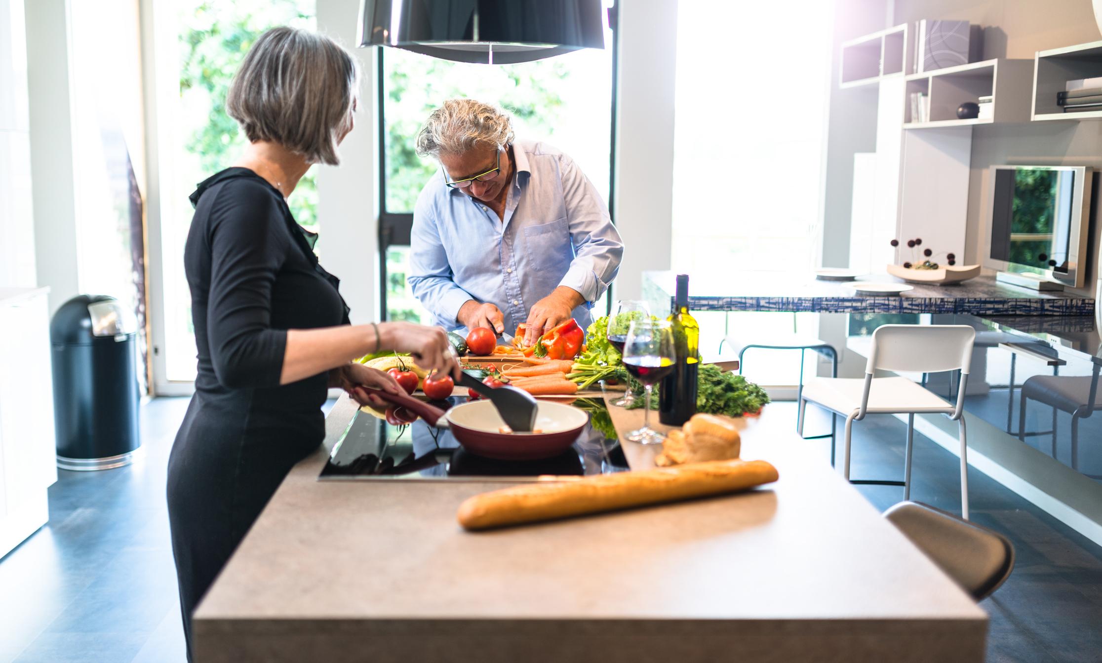 Die moderne Küche verbindet Wohnlichkeit mit Komfort, denn Kochen und Essen macht mit Freunden und der Familie noch viel mehr Spaß.