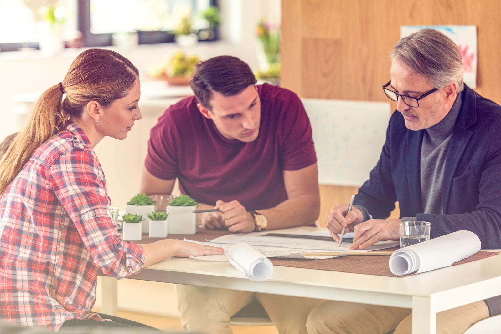 Expertenrat: Gehe mit einem Sachkundigen den Bauvertrag und Pläne durch. Er hilft dir, Schwachstellen zu identifizieren.