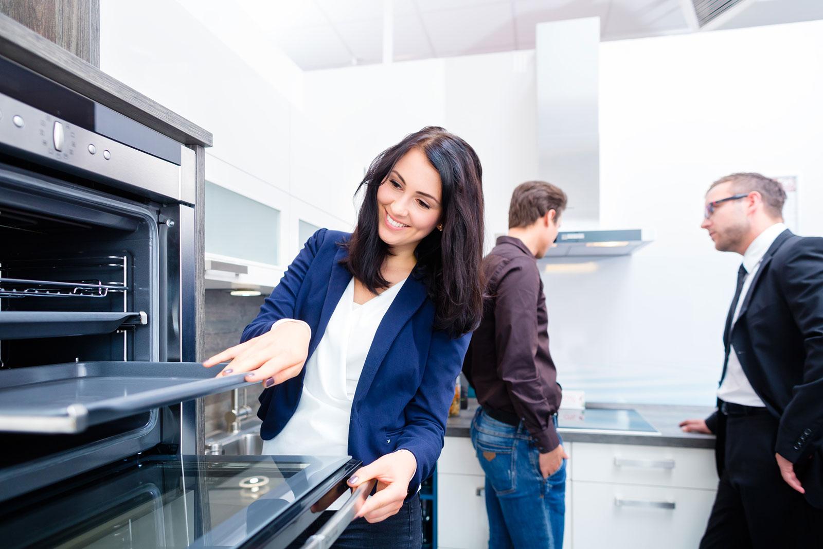 Expertenrat: Im Küchenstudio kannst du dir nicht nur die neuesten Trends und Geräte anschauen, sondern wirst auch fachkundig beraten.