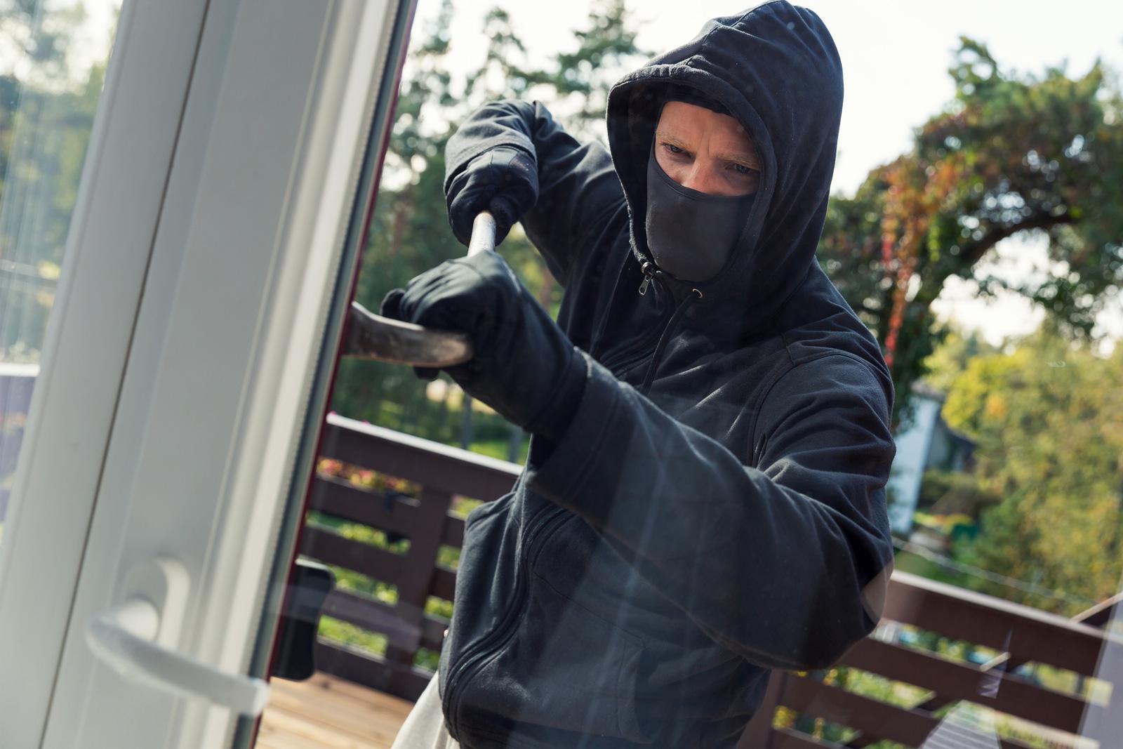 Einbruchsgefahr: Ebenerdig zu wohnen, bedeutet auch, dass alle Fenster leicht zu erreichen sind – auch für Einbrecher.