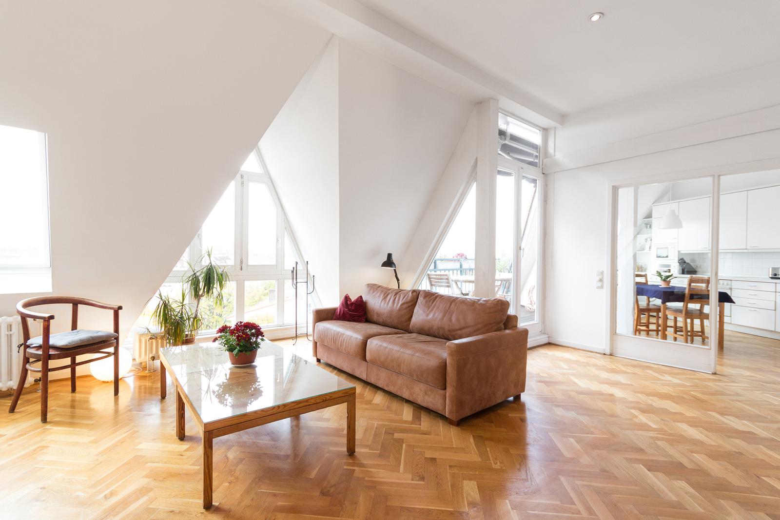 Mit Blick über die Stadt: Große, bodentiefe Fenster weiten den Raum und lassen ihn luftig wirken.