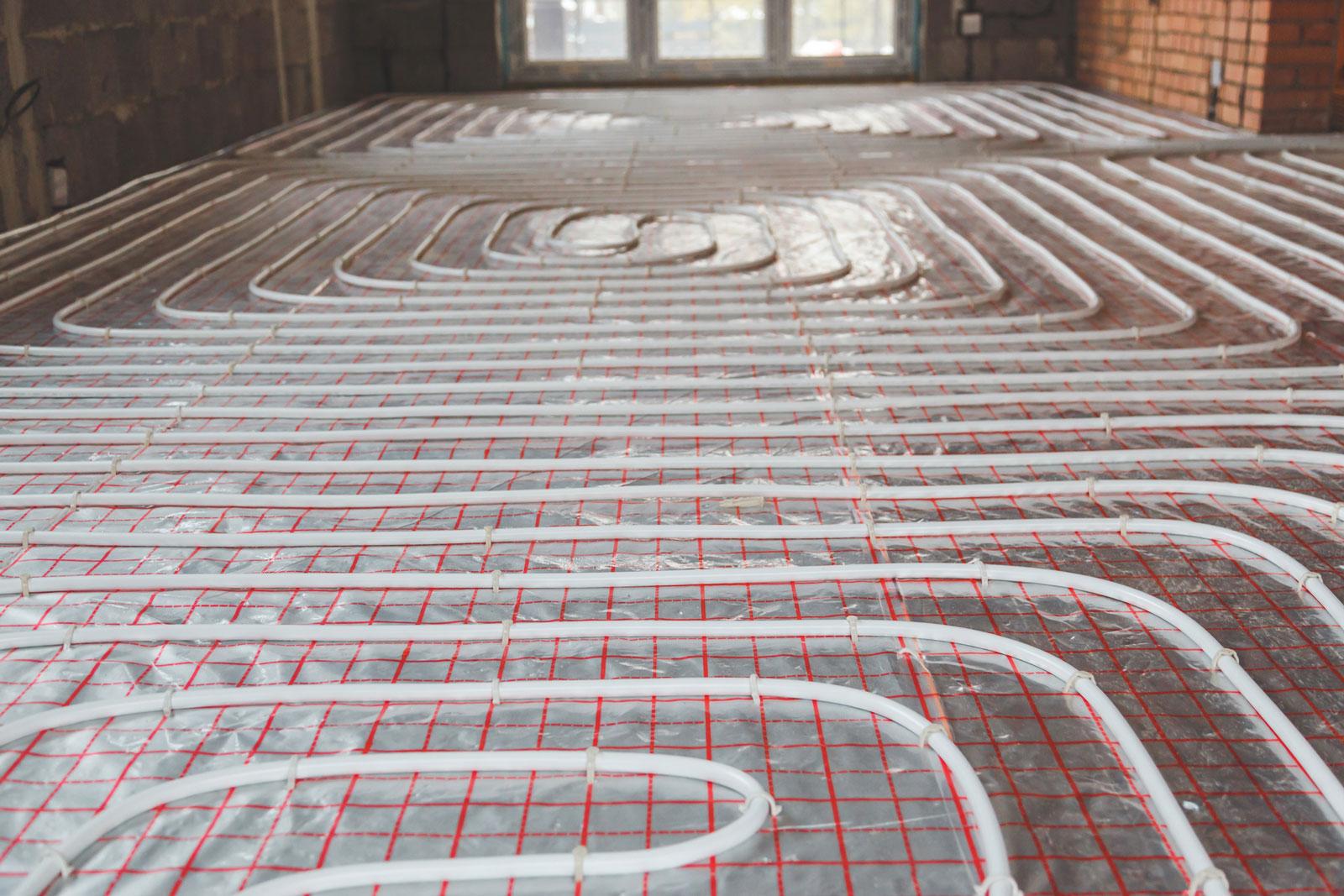 Komfort im Boden: Vor dem Estrich muss die Verlegung der Fußbodenheizung kontrolliert werden.
