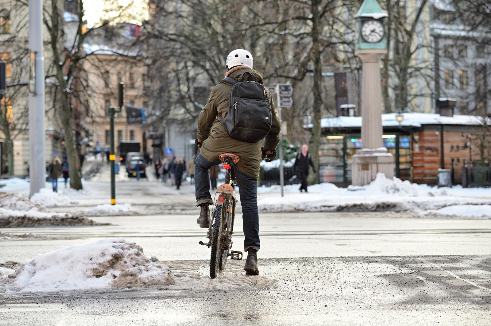 Radfahren im Winter erfordert besonderen Schutz, denn Glätte und dunkle Stunden erhöhen das Unfallrisiko.