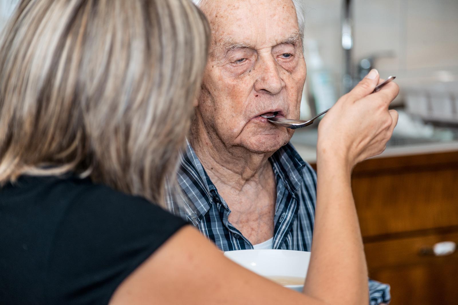 Die Höhe des Pflegegeldes richtet sich danach, wie viel Hilfe die betroffene Person benötigt.