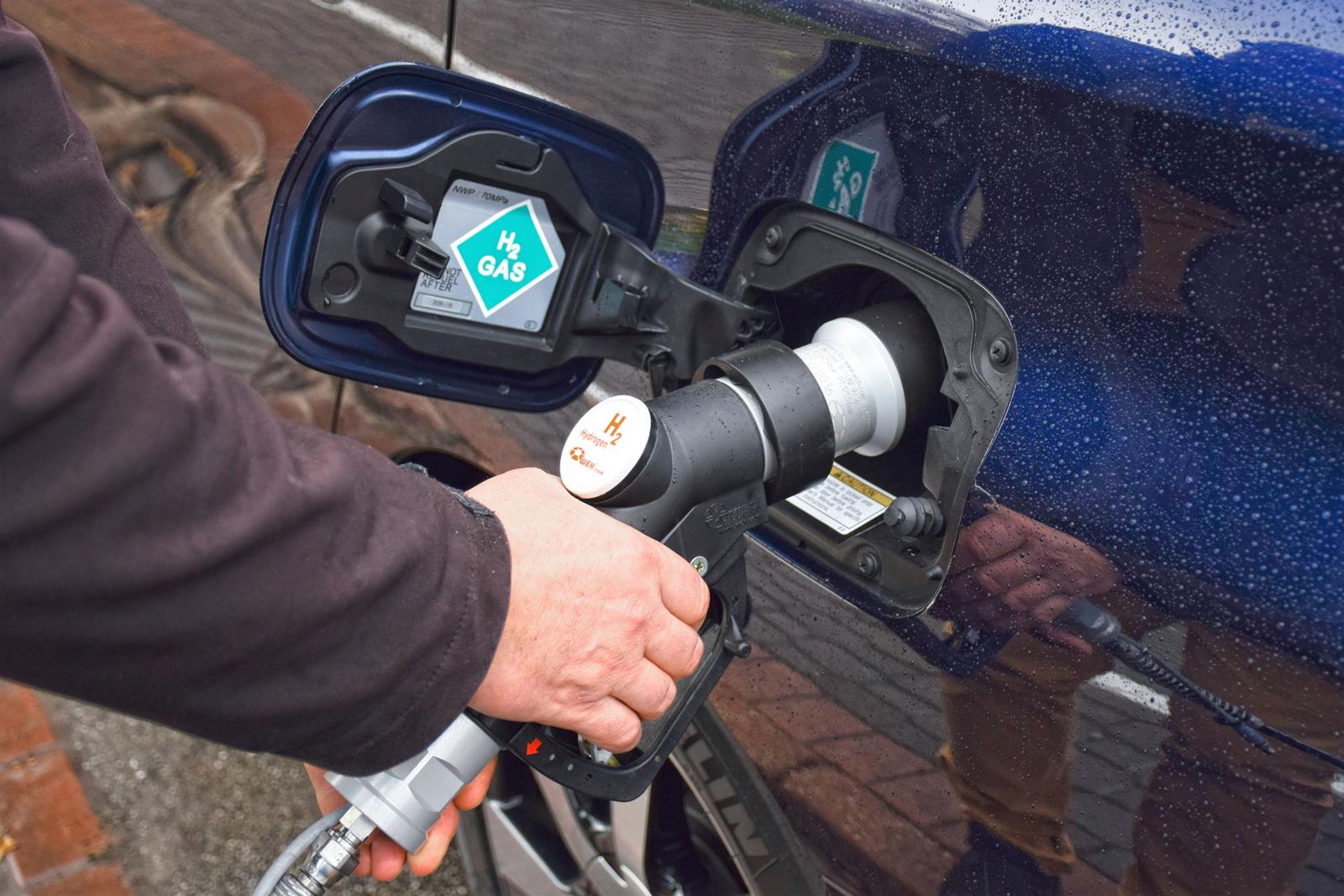 Weltweit gibt es etwa 200 Wasserstoff- Tankstellen