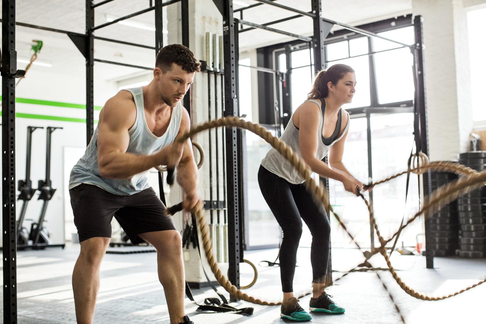 Komplexe Bewegungsabläufe, die mehrere Gelenke und Muskelgruppen gleichzeitig beanspruchen.