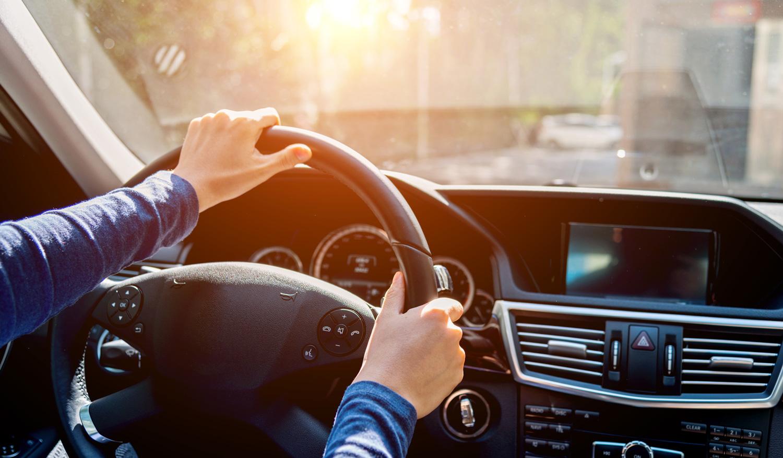 Meide Zeitdruck und Ablenkung. Auf längeren Fahrten sind regelmäßige Pausen zudem wichtig, denn die permanente Konzentration auf den Verkehr strengt an.