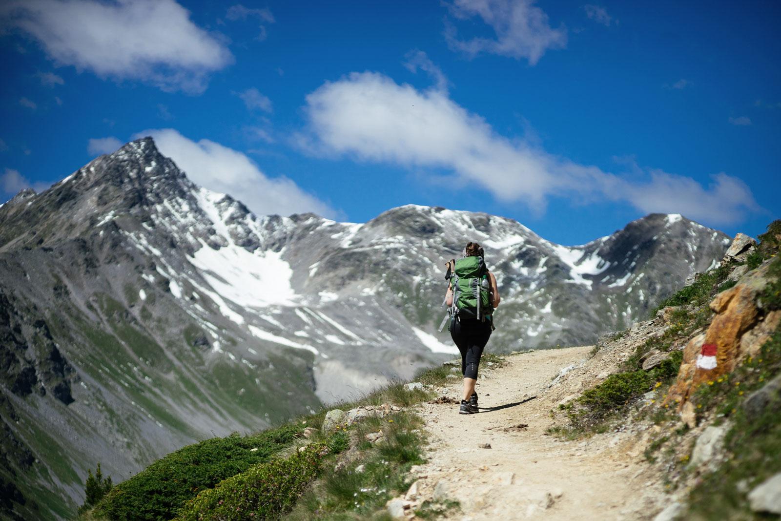 Achtsam wandern: Bleibe auf den Wegen und höre auf deinen Körper.