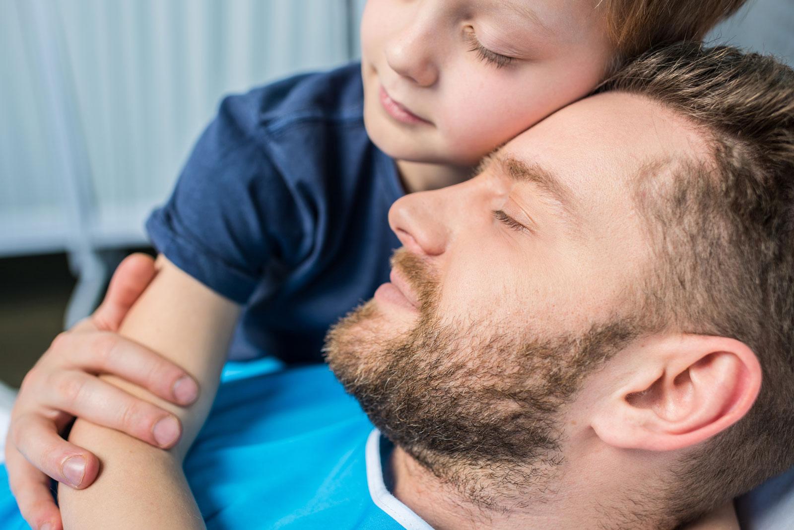 Eine längerfristige Arbeitsunfähigkeit kann die Finanzen der Familie unter Druck bringen.