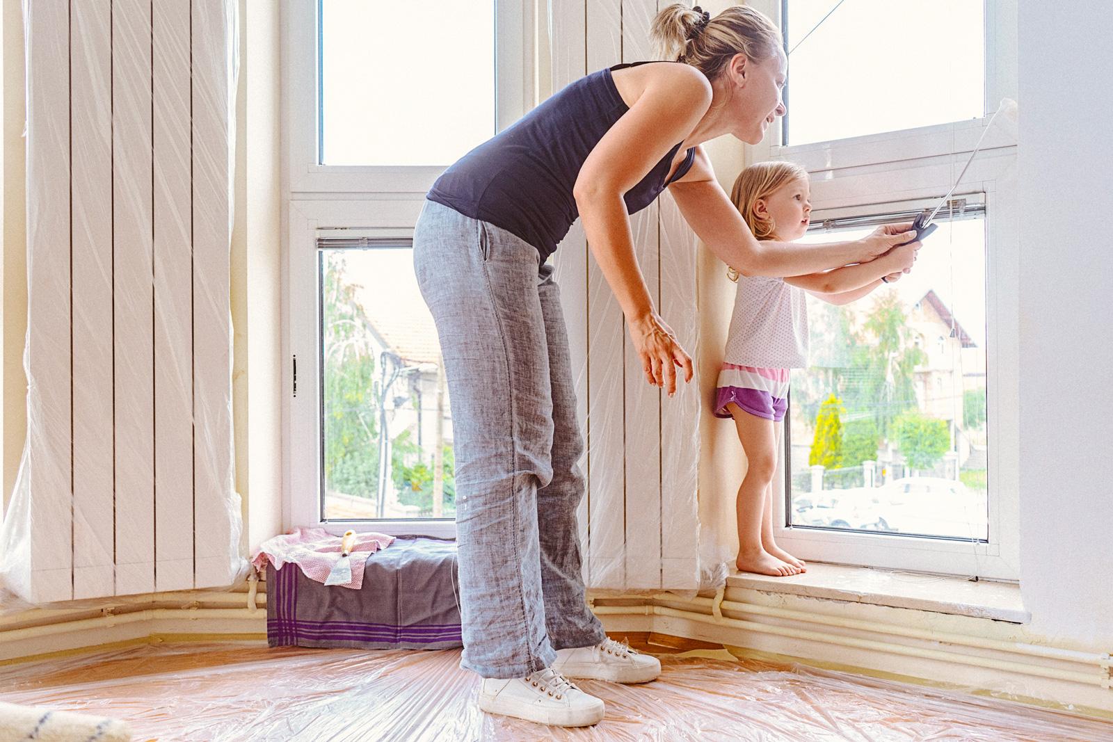 Kleine Helfer: Wenn Boden und Möbel richtig geschützt sind, können auch Kinder bedenkenlos den Pinsel schwingen.